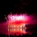 Riflessioni dei fuochi d'artificio e del fumo dentellare Fotografia Stock