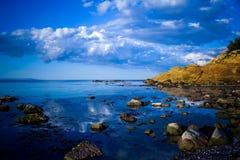 Riflessioni del cielo blu. Immagini Stock