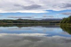Riflessioni del cielo dell'annuvolamento sulla La Grajera di Pantano de o sulla superficie del bacino idrico di Grajera della La  immagine stock