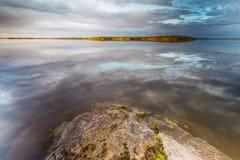 Riflessioni del cielo sopra il lago Fotografia Stock Libera da Diritti