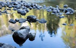 Riflessioni del fiume di Merced, parco nazionale di Yosemite, California Fotografie Stock