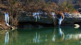 Riflessioni del ghiacciolo sopra Emerald Pool fotografia stock libera da diritti