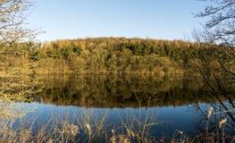 Riflessioni dell'acqua su un giorno calmo al bacino idrico di Fewston, North Yorkshire immagini stock libere da diritti