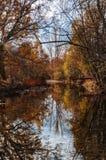 Riflessioni dell'autunno in un fiume addormentato immagini stock libere da diritti