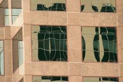 Riflessioni dell'edificio per uffici Immagine Stock
