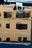 Riflessioni della casa e della barca sull'acqua di mare a Veli Losinj Fotografia Stock Libera da Diritti