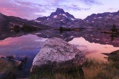 Riflessioni della montagna con il masso Immagine Stock Libera da Diritti
