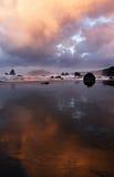 Riflessioni della spiaggia all'alba Fotografie Stock Libere da Diritti