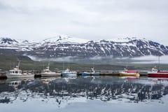 Riflessioni delle montagne della città dell'Islanda Immagine Stock