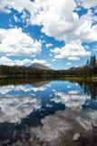 Attraverso un cielo nuvoloso Fotografia Stock Libera da Diritti