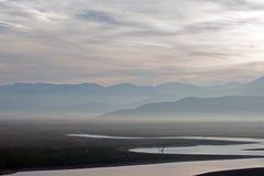Riflessioni di alba sul lago colpito dalla siccità Isabella nelle montagne del sud di Sierra Nevada di California immagine stock