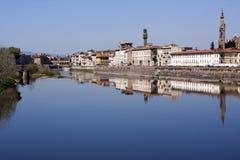 Riflessioni di Firenze nel fiume di Arno Immagini Stock