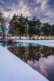 Riflessioni di inverno nel lago kiwanis, a York, la Pensilvania fotografia stock