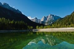 Riflessioni di mattina delle alpi slovene su una superficie calma di un lago Jasna a Kranjska Gora Immagine Stock Libera da Diritti