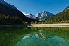 Riflessioni di mattina delle alpi slovene su una superficie calma di un lago Jasna a Kranjska Gora Fotografia Stock Libera da Diritti