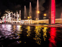 Riflessioni di notte e dell'acqua del Dubai Fotografie Stock