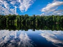 Riflessioni di treeline della foresta nel fiume di Catawba fotografia stock