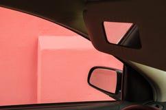 Riflessioni di una casa rosa negli specchi dentro un'automobile immagini stock libere da diritti