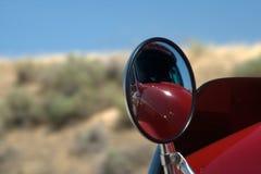 Riflessioni di uno specchio diesel del camion fotografie stock