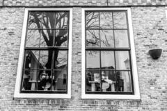 Riflessioni in finestra tradizionale antiquata a Amsterdam, Paesi Bassi immagine stock