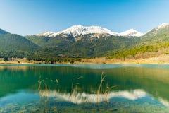 Riflessioni nel lago Doxa in Grecia Una destinazione turistica famosa Fotografia Stock