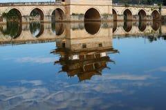 Riflessioni nell'acqua Vecchio ponte cinese Il ponte antico Jianshui, il Yunnan, Cina della portata del ponte diciassette di Shua immagini stock libere da diritti