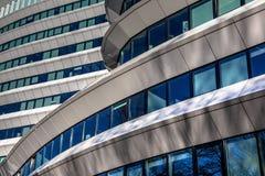 Riflessioni nell'architettura olandese moderna di progettazione Immagini Stock