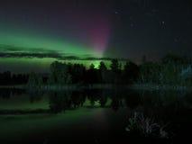 Riflessioni nordiche Ballo dell'aurora boreale immagini stock libere da diritti
