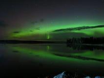 Riflessioni nordiche Ballo dell'aurora boreale immagine stock