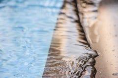 Riflessioni pacifiche dello stagno con l'ondulazione molle e muoversi corrente attraverso sulla superficie dell'acqua L'acqua pul Fotografie Stock Libere da Diritti