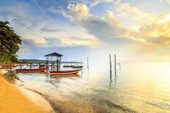 Riflessioni quando la marea retrocede di mattina con la bella alba Fotografia Stock