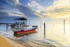 Riflessioni quando la marea retrocede di mattina con la bella alba Immagini Stock Libere da Diritti