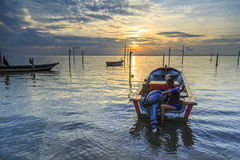 Riflessioni quando la marea retrocede di mattina con la bella alba Immagine Stock Libera da Diritti