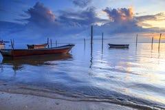 Riflessioni quando la marea retrocede di mattina con la bella alba Immagini Stock