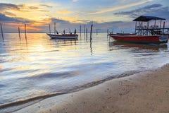 Riflessioni quando la marea retrocede di mattina con la bella alba Immagine Stock
