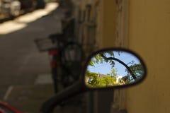 Riflessioni soleggiate del motorino fotografia stock