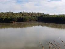 Riflessioni sopra il fiume fotografie stock