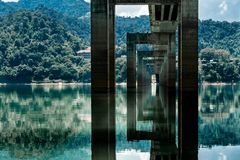 Riflessioni sotto un ponte in Malesia immagine stock