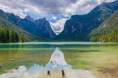 Riflessioni su acqua del lago Dobbiaco Fotografia Stock Libera da Diritti