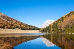 Riflessioni su acqua, panorama di autunno dal lago della montagna Immagine Stock