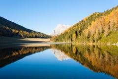 Riflessioni su acqua, panorama di autunno dal lago della montagna Fotografia Stock
