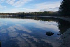 Riflessioni su Walden Pond all'inizio di dicembre Immagini Stock