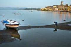 Riflessioni sul lago al tramonto fotografia stock