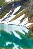 Riflessioni sul lago alpino di estate Immagini Stock Libere da Diritti
