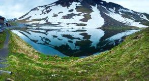 Riflessioni sul lago alpino di estate Fotografia Stock
