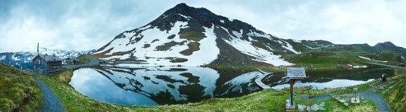 Riflessioni sul lago alpino di estate Immagini Stock