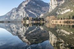 Riflessioni sul lago del castello e delle montagne Fotografie Stock Libere da Diritti