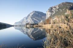 Riflessioni sul lago del castello e delle montagne Fotografia Stock Libera da Diritti