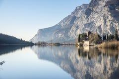 Riflessioni sul lago e sulle montagne del castello Immagini Stock
