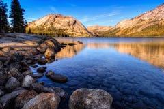 Riflessioni sul lago Tenaya Immagine Stock